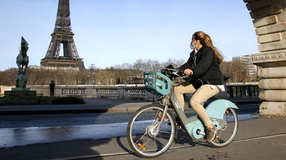 امرأة تقود دراجة في باريس
