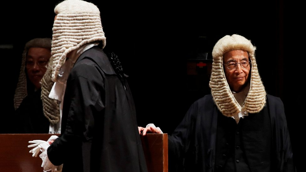 """香港的司法制度仍然保留許多英國特色,包括部份法官和資深司法人員配戴的假髮,但近年有親建制派人士認為應該去除這種""""具殖民色彩""""的做法。"""