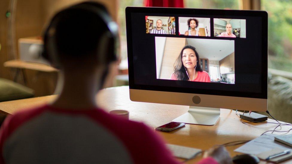 Una persona participa en una videoconferencia.