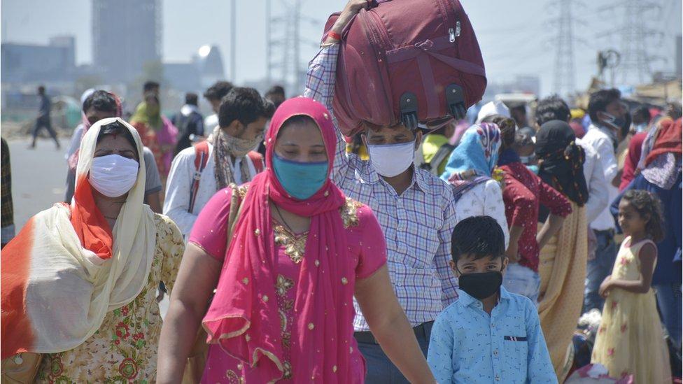 Trabajadores migrantes vuelven a sus hogares el 29 de marzo, en el quinto día de bloque decretado en India por la pandemia del coronavirus. Ghaziabad, India