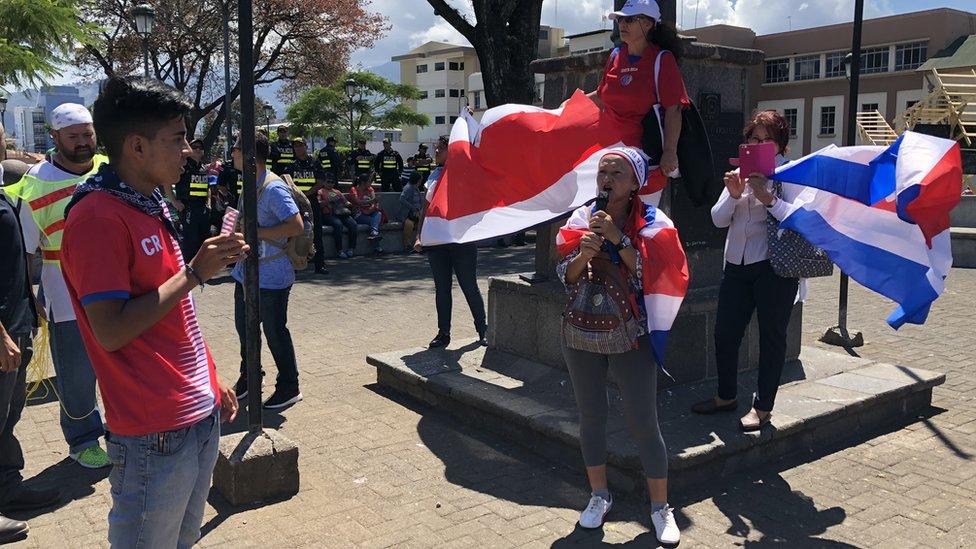 Miria Gómez habla en una manifestación antiinmigrantes