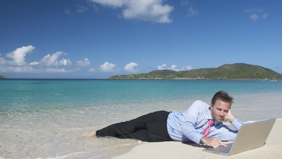 Sahilde çalışan bir insan