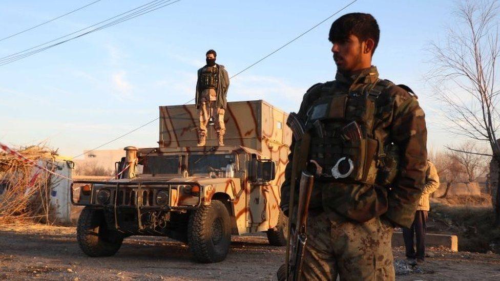 مركبات عسكرية وجنود
