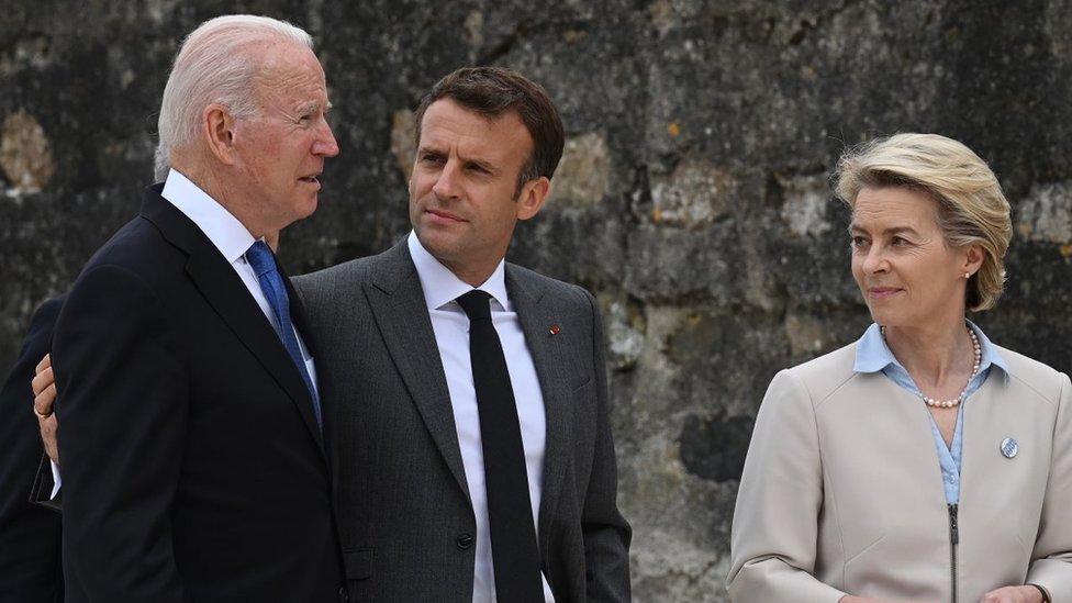 De izquierda a derecha, Joe Biden, presidente de EE.UU. con Emmanuel Macron, presidente de Francia y Ursula von der Leyen, presidenta de la Comisión Europea.