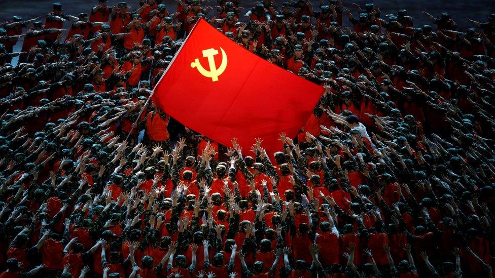 北京鳥巢中國共產黨成立100週年紀念文藝晚會上上百名身穿軍隊救援工作服的舞蹈員做出支撐黨旗姿勢(28/6/2021)