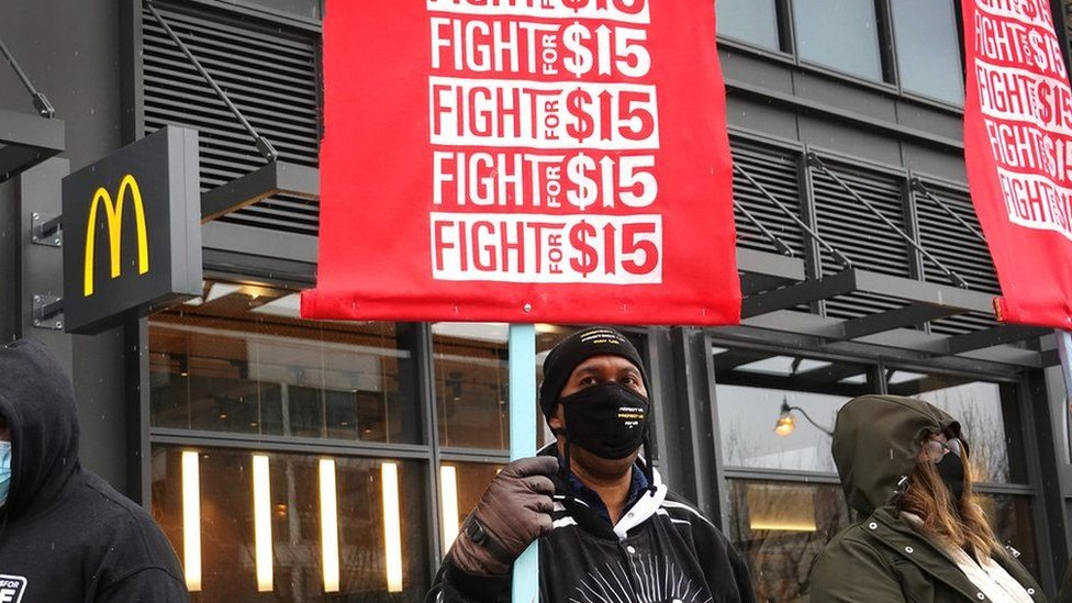 متظاهرون يطالبون بدعم بسبب كورونا