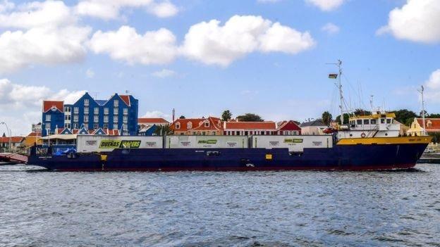 Kapal bermuatan bantuan kemanusiaan dipaksa berlabuh di pulau Curaao.