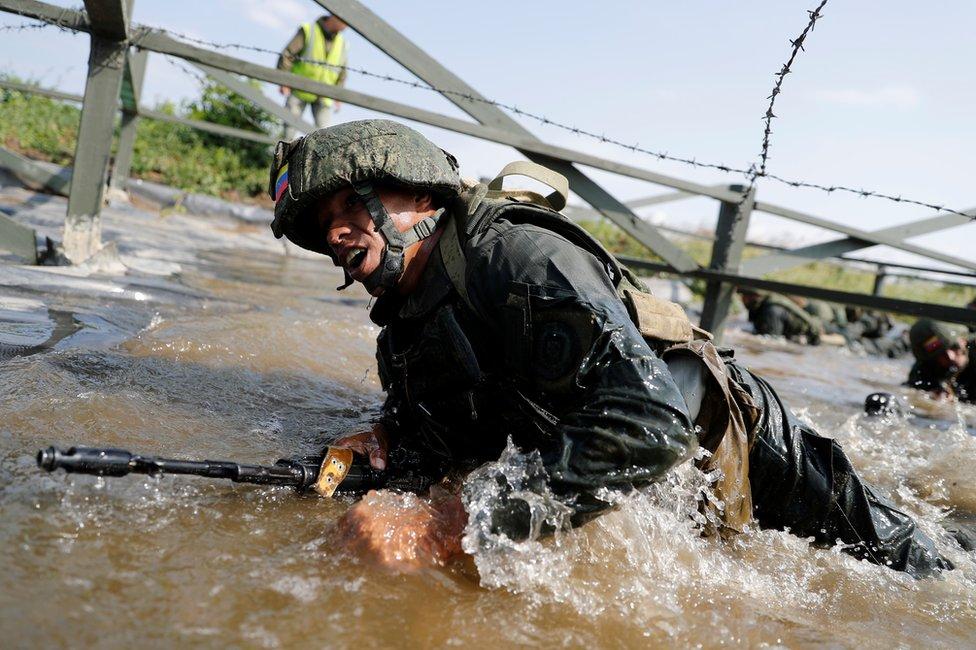 委內瑞拉陸戰隊員努力穿越障礙。
