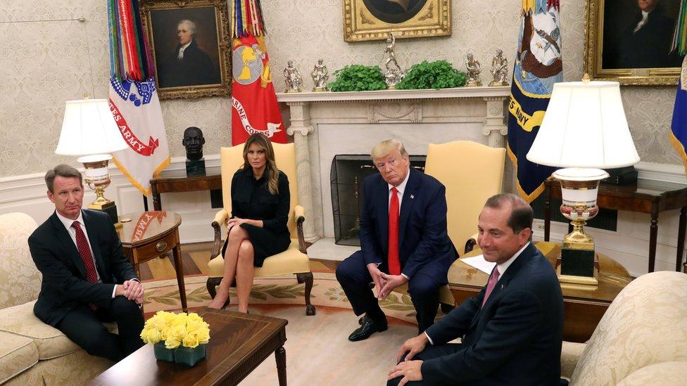 ترامب وزوجته ووزير الصحة الأمريكي