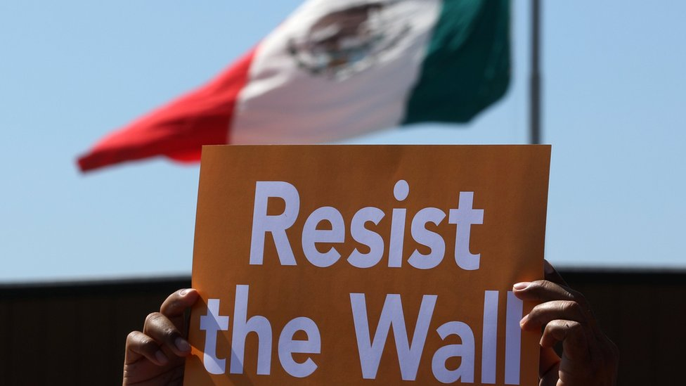Cartaz em protesto contra planos de construir muralha