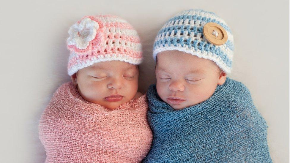 erkek ve kız bebekler.