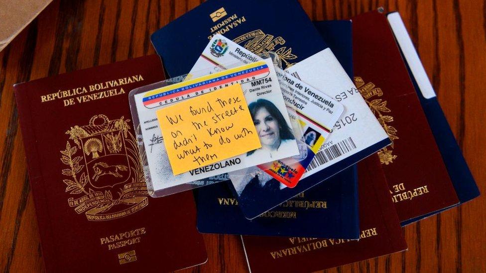 Un grupo de pasaportes y una cédula de identidad venezolana tirados sobre un escritorio en la sede diplomática abandonada.