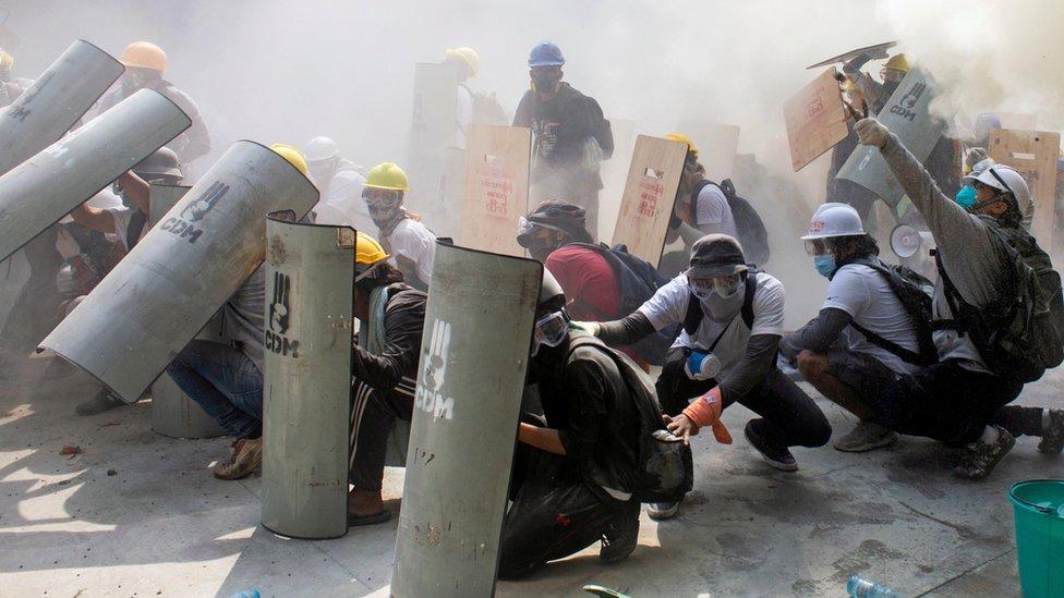 Мьянма: полиция открыла огонь по демонстрантам, протестующим против переворота. Есть убитые и раненые