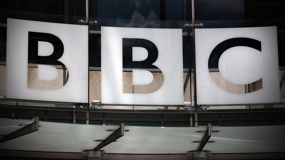 Logo BBC-ja ispred sedišta ove medijske kuće u Londonu