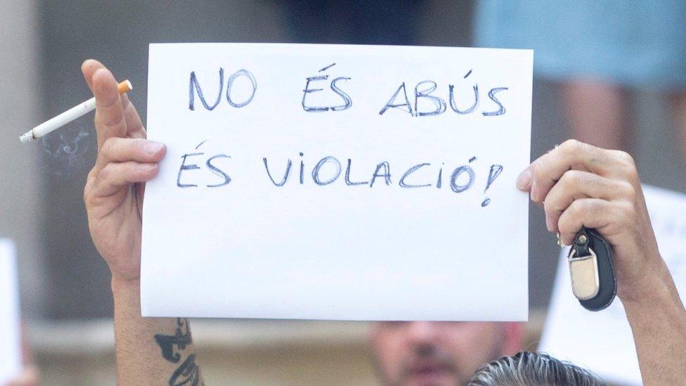 """El tío de la víctima levanta una pancarta en catalán en la que se lee: """"No es abuso, ¡es violación!"""", el pasado 3 de julio."""