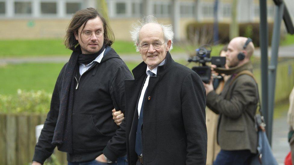 Brat i otac Džulijana Asanža stižu u sud