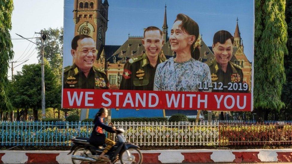 Una vaya con Aung San Suu Kyi y líderes militares que lee: