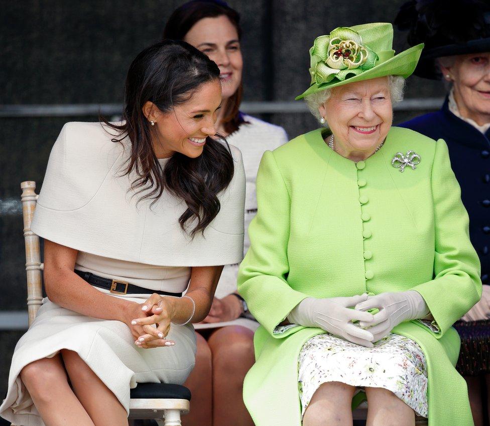 2018年6月,女王和梅根首次併肩公開亮相, 為英國默西蓋特威大橋(Mersey Gateway Bridge)揭幕。