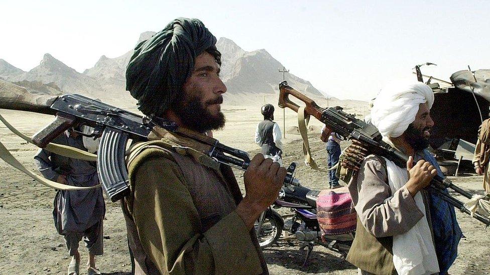 Talibanski borci kontrolišu autoput Herat-Kandahar, blizu grada Kandahara, 31. oktobra 2001. godine