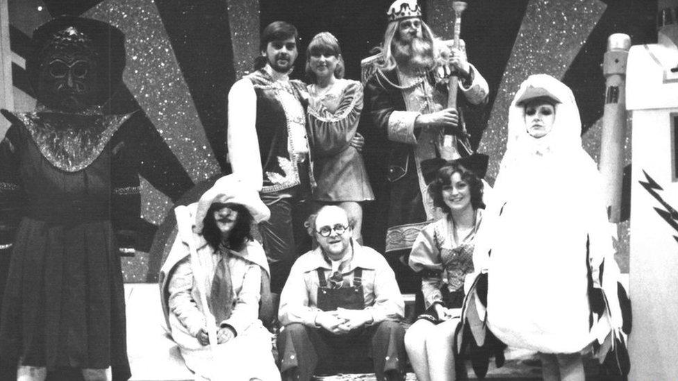 Cast Mwstwr yn y Clwstwr – Ifan Huw Dafydd fel Abram Cadabram, Dilwyn Young Jones fel Cai, Sioned Mair fel Serian, Grey Evans fel Y Brenin Lwni, Sian Wheldon fel Aderyn, Marion Fenner fel Grisial, Gari Williams fel Micos a Gwen Ellis fel Mrs Lloerig