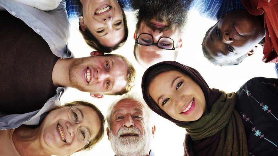 Ljudi različitog uzrasta, pola, nacionalnosti