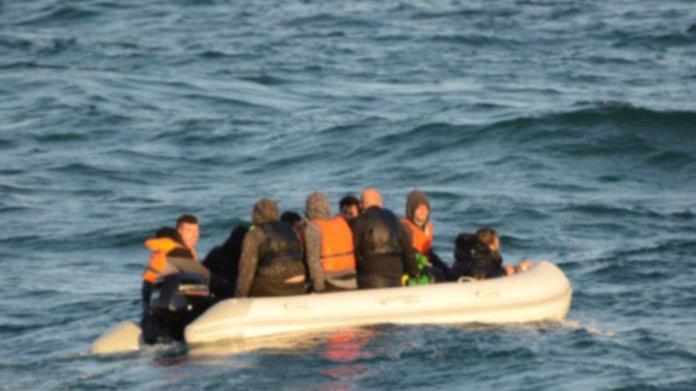 مهاجرون في زورق مطاطي