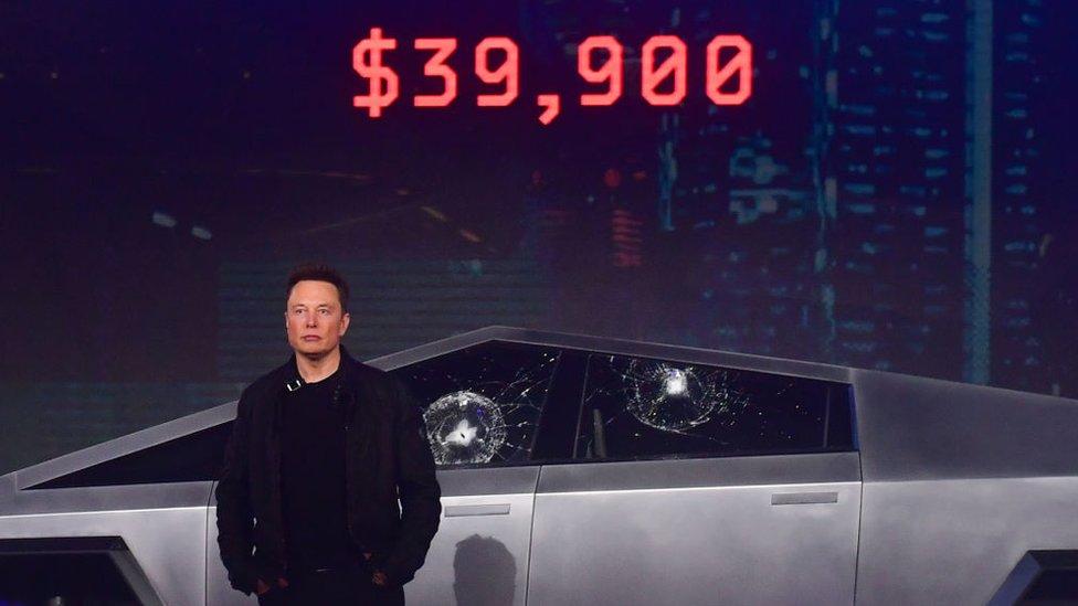 Elon musk frente al cybertruck