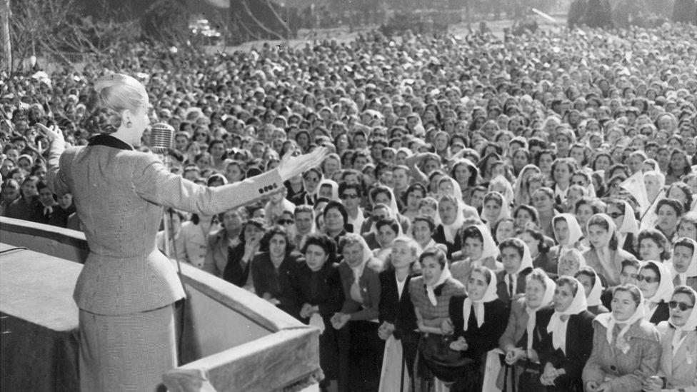 NO USAR. BBC. Eva Perón dirigiéndose a una multitud de mujeres.
