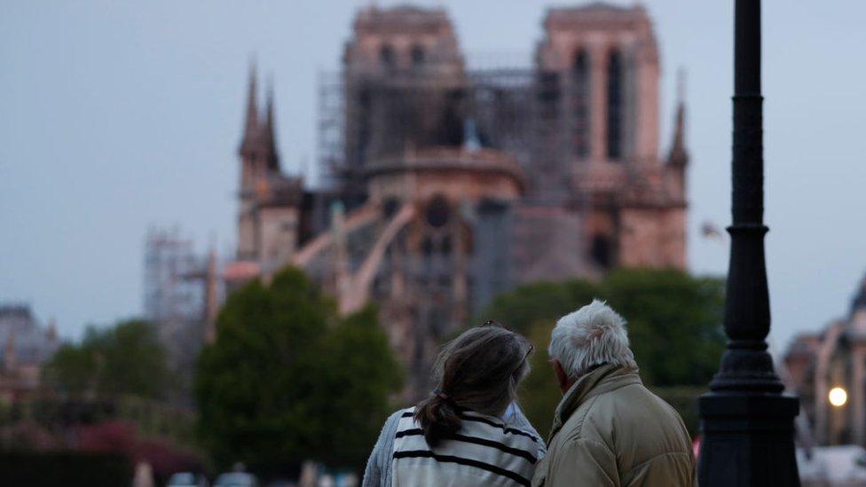 Pareja observa Notre Dame