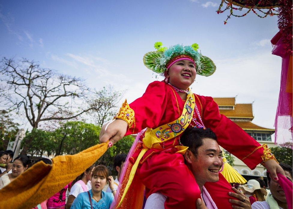 """خلال طقوس مهرجان""""بوي سانغ لونغ"""" المعروف بين شعوب """"شان"""" في ميانمار وشمال تايلاند، يرسّم الأطفال ما بين سن 7 و14 عاما كبوذيين مبتدئين، فيدللون ويحملون على أكتاف أقاربهم الذكور كبار السن."""
