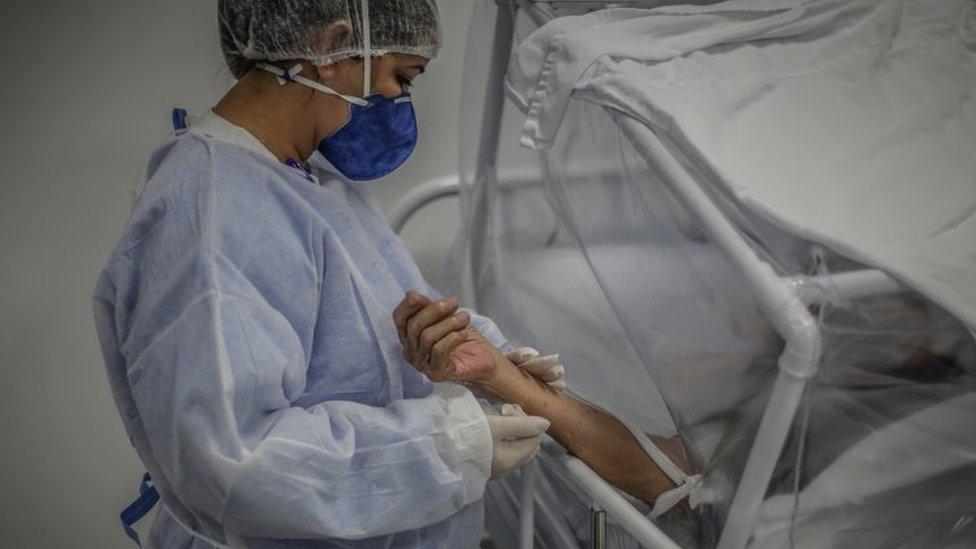 Enfermeira cuida de paciente com covid-19 em Manaus