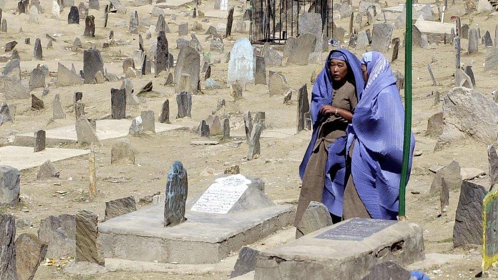 Mujeres en un cementerio de Kabul