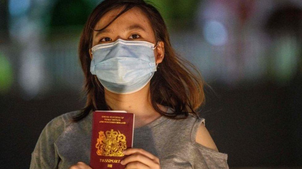 مواطنة من هونغ كونغ تحمل جواز سفر وطني بريطاني خارجي