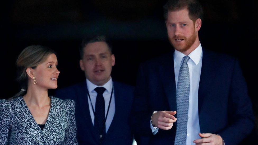 el príncipe Harry con dos asesores de comunicación