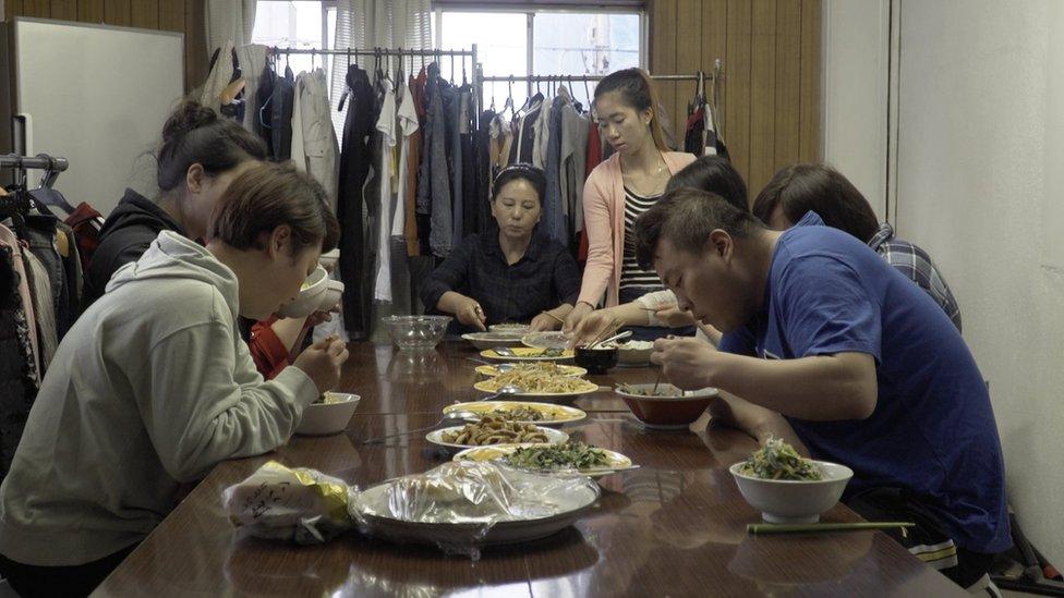 Radnici u skloništu zajedno večeraju