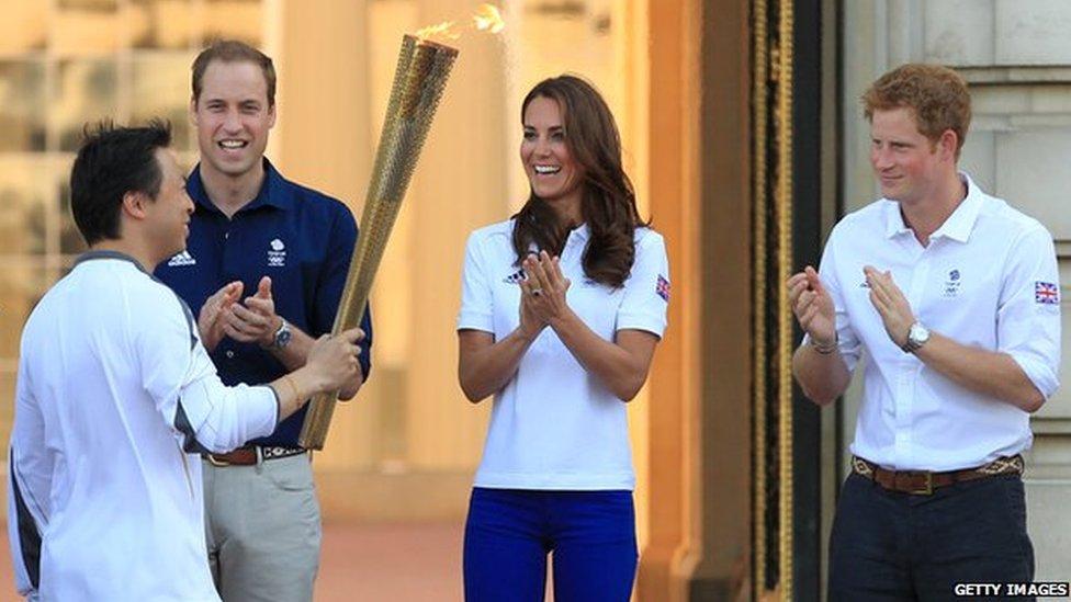 El portador de la antorcha olímpico Wai-Ming Lee, el príncipe Guillermo, la duquesa de Cambridge y el príncipe Harry en julio de 2012.