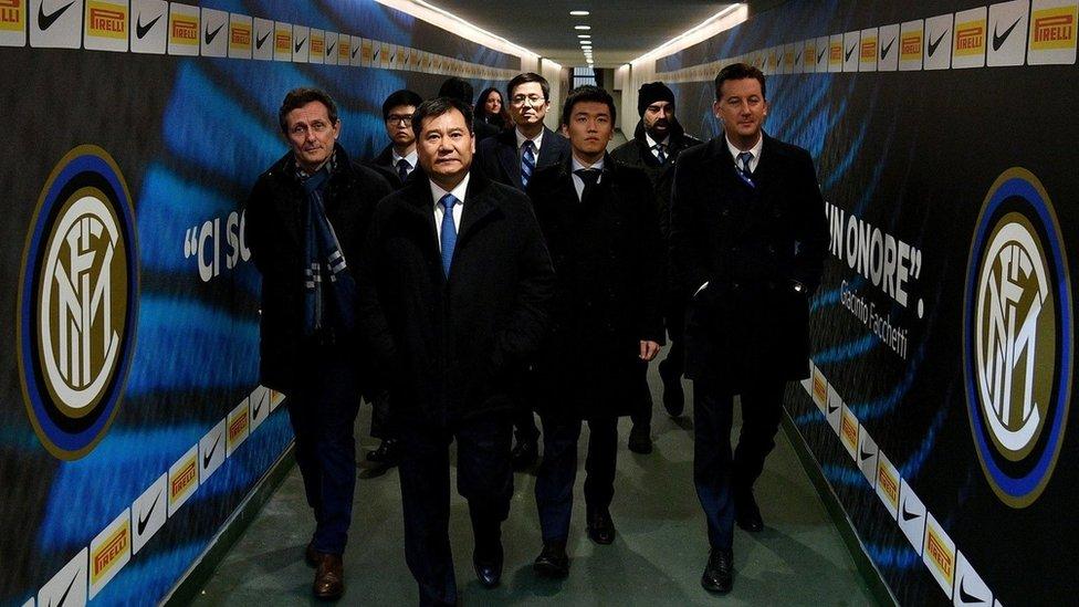蘇寧集團董事長張近東(最前者)在2016年作為球隊老闆出現在國際米蘭俱樂部。