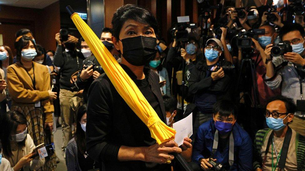 原香港立法會民主派議員毛孟靜(中)展示其辭職信(12/11/2020)