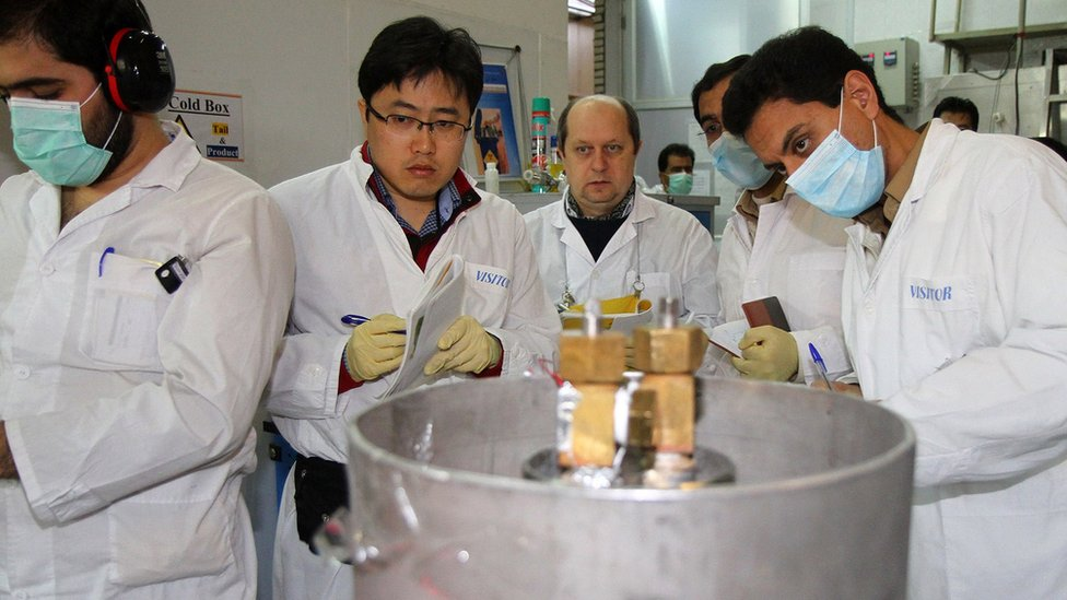 File photo showing IAEA inspectors and Iranian technicians disconnecting connections between centrifuge cascades at the Natanz uranium enrichment facility in Iran (20 January 2014)