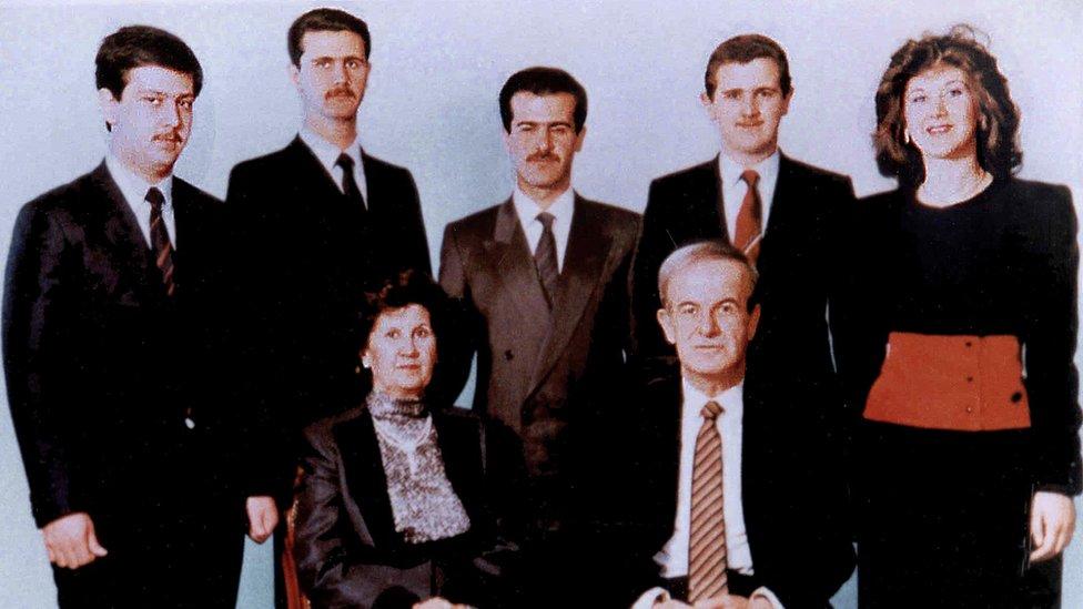 El presidente sirio Hafez al Asad y su esposa Anisa Makhlouf (sentada), con sus hijos en 1985.
