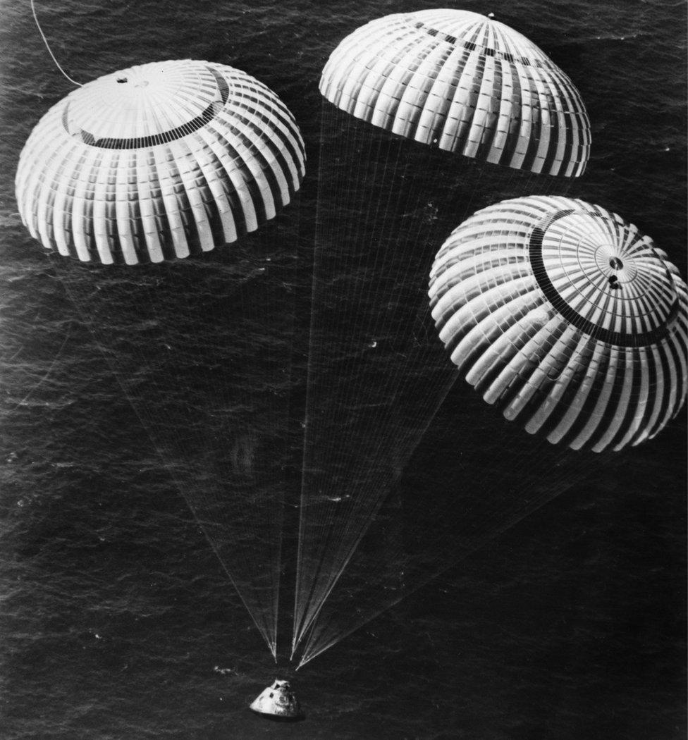 Astronaut Čarls Djuk sleće u Pacifik sa Džonom Jangom i Tomasom Matinglijem posle misije Apolo 16 u maju 1972.