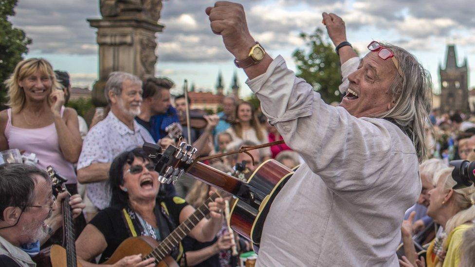 Muzički nastup na Karlovom mostu tokom oproštajne žurke