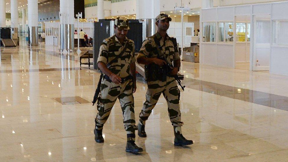 أفراد من الشرطة الهندية في مطار