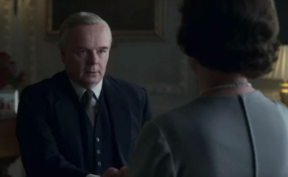 بعد بداية مهزوزة، ينسجم هارولد ويلسون (الممثل جيسون واتكينز) مع الملكة إليزابيث (الممثلة أوليفيا كولمان) من مسلسل ذا كراون