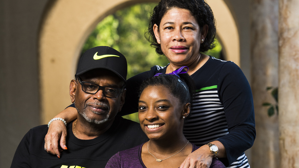 Simone Biles con sus abuelos Ron y Nellie Biles