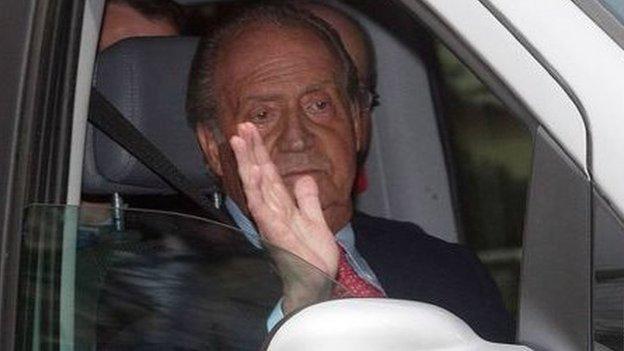 خوان كارلوس يغادر المستشفى بعد الجراحة عام 2012