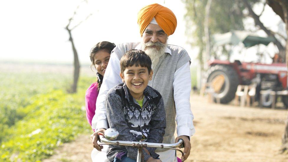 شخص متقاعد يقود دراجة مع أحفاده