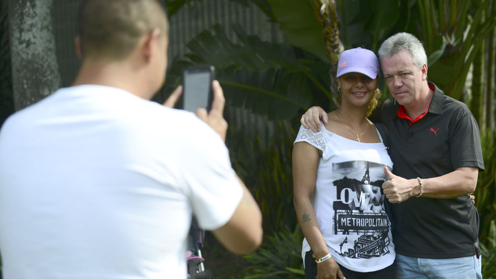 Popeye siendo fotografiado por fans