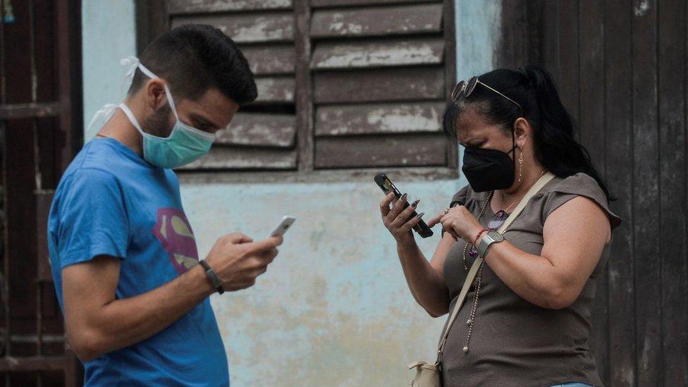 Gente con celulares en Cuba, junio 2021