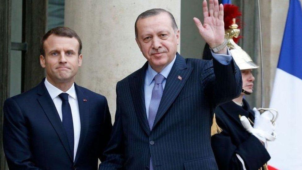 هناك خلاف قائم منذ حوالي عام حول عدة قضايا بين عضوتي حلف الناتو فرنسا وتركيا